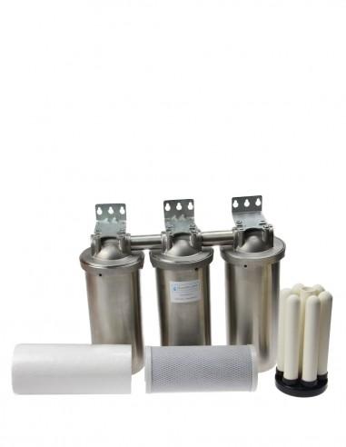Wasserfilter für Wasserbrunnen. 3 Filtergehäuse mit verschiedene Filtereinsätze zur Wasserdesinfektion.